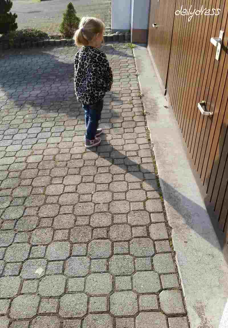 Kind unterwegs zum Kindi