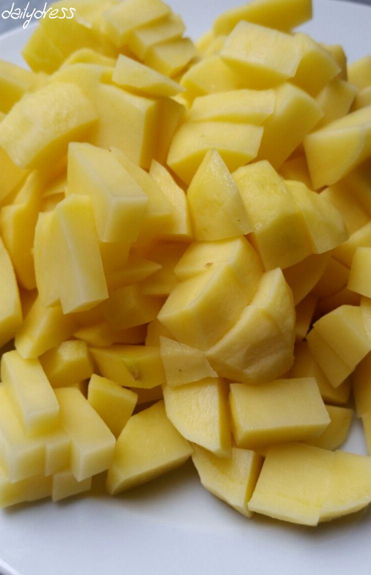 Kartoffeln in kleine Würfel schneiden für die Suppe