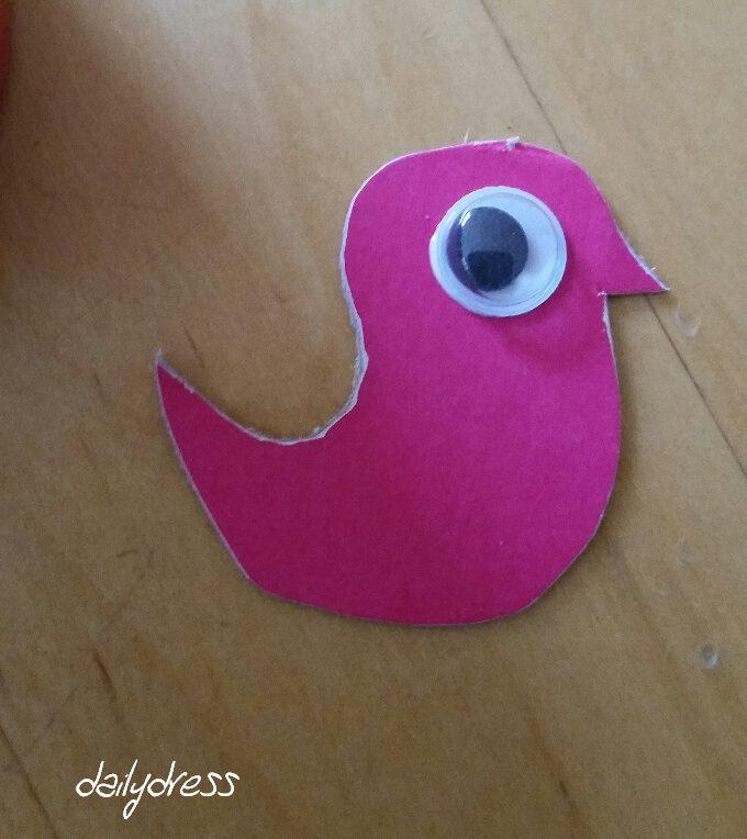 Auch hier gilt - beim basteln kann man Abfall recyceln. Den Vogel haben wir aus einer alten Taschentuch-Schachtel ausgeschnitten.